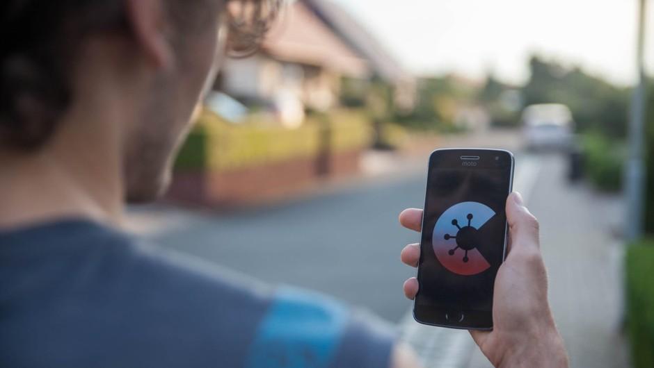 Javno naročilo ministrstva za javno upravo za mobilno aplikacijo sledenja stikov z okuženimi (foto: profimedia)