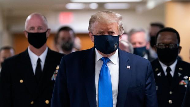 Donald Trump si je prvič nadel zaščitno masko v javnosti (foto: profimedia)