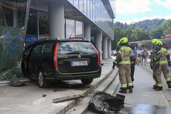 V centru Ljubljane voznica trčila v poslovno stavbo