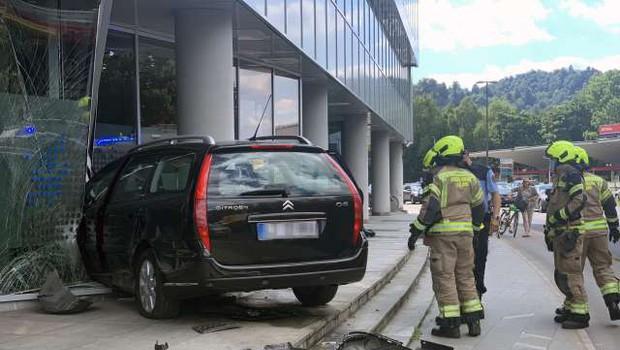 V centru Ljubljane voznica trčila v poslovno stavbo (foto: STA)