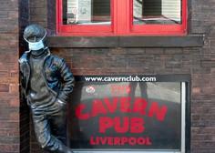 Kiparka Laura Lian s turnejo kipa Johna Lennona po liverpoolskih četrtih