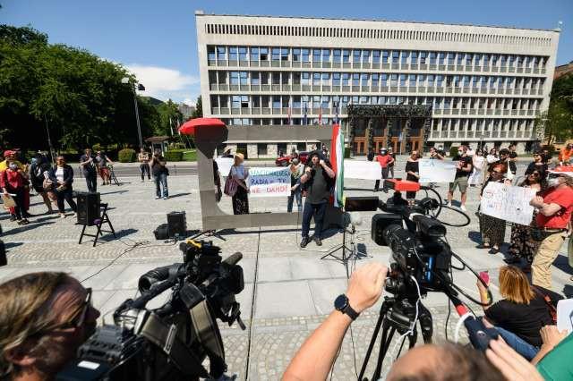 Pred državnim zborom novinarski poziv k neodvisnosti medijev (foto: Nebojša Tejić/STA)