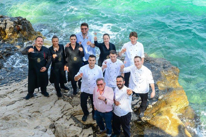 Ekipa LD Terrace skupaj s chefom Markom Gajskim in lastnikom Michaelom Unsworthom na obali tik pod svojo palačo s petimi rezidencami, spajem in vrhunsko restavracijo na hotelski plaži nazdravlja svoji prvi Michelinovi zvezdici.