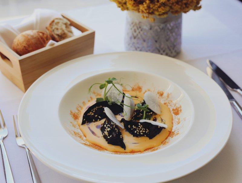 Pri tej jedi se spet vidi azijski vpliv, a spet so uporabljena hrvaška živila. Gre za gjoze po dalmatinsko.