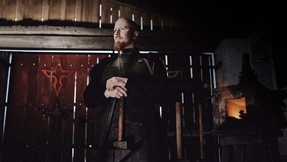 Moški išče nožnico (foto: Primož Korošec)