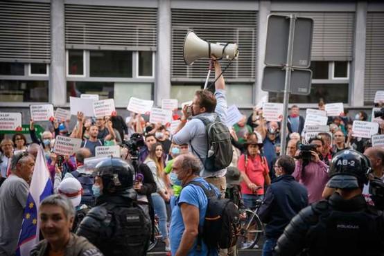 Petkovo protestno dogajanje: ljudska skupščina na eni in harmonike na drugi strani