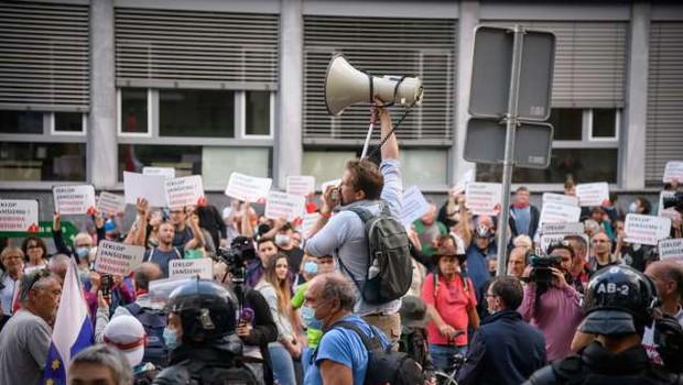 Petkovo protestno dogajanje: ljudska skupščina na eni in harmonike na drugi strani (foto: Nebojša Tejić/STA)