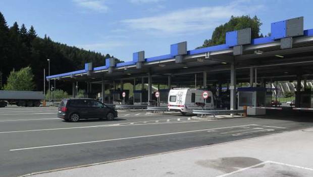 Od danes bodo policisti vročali karantenske odločbe na vseh mejnih prehodih s Hrvaško (foto: STA/Gregor Mlakar)