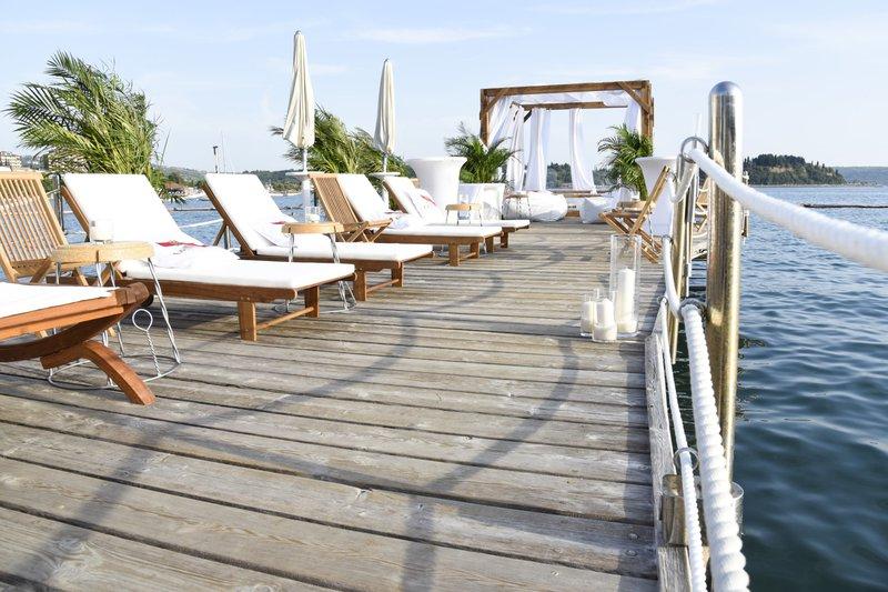 Pomol na plaži Meduza lahko zakupite tudi za poletno razvajanje.