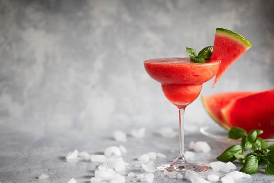 Recept za popolno poletno osvežitev: koktajl mimoza z lubenico!