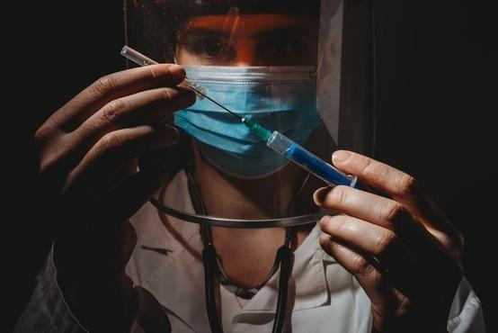 Širše cepljenje proti koronavirusu na voljo šele sredi leta 2021, sporoča WHO