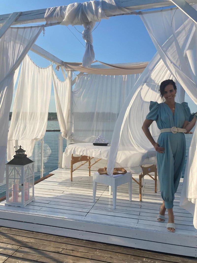 Vedno elegantna Lorella na čudovitem pomolu plaže Meduza.