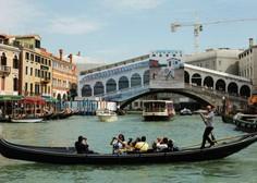 Gondoljerji zmanjšali število potnikov v čolnu - vzrok ni medsebojna razdalja, temveč preobilni potniki