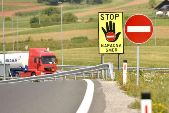 Po avtocesti v napačno smer, nato ignorirala policiste in poškodovala več vozil