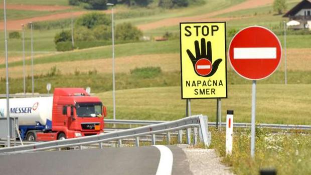Po avtocesti v napačno smer, nato ignorirala policiste in poškodovala več vozil (foto: Tamino Petelinšek/STA)