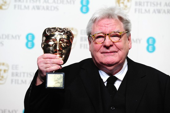 Po težki bolezni se je poslovil britanski režiser sir Alan Parker