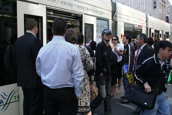 V Melbournu so se v boju proti širjenju koronavirusa odločili z policijsko uro