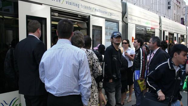 V Melbournu so se v boju proti širjenju koronavirusa odločili z policijsko uro (foto: profimedia)
