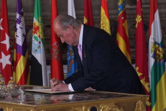 Nekdanji španski kralj odhaja v izgnanstvo v tujino