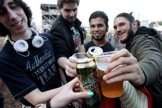 Pitje alkohola med mladostniki v Sloveniji upada, a je še vedno nad mednarodnim povprečjem