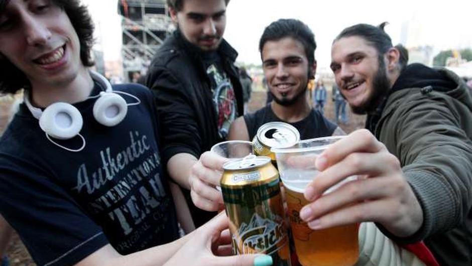 Pitje alkohola med mladostniki v Sloveniji upada, a je še vedno nad mednarodnim povprečjem (foto: Tanjug/STA)