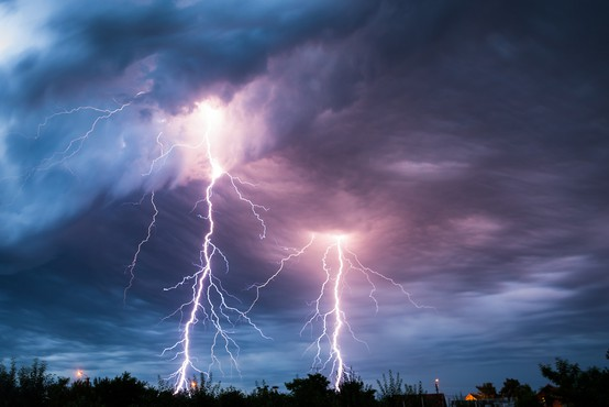 Zvečer in ponoči ponovno krajevna neurja. Največ padavin na jugu države.