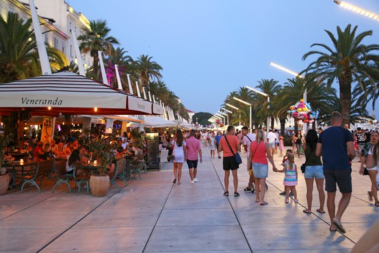 V centru Splita sta se stepla natakar in gost iz Francije - zaradi palačink! (video)
