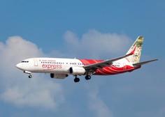 Na jugu Indije letalo zdrsnilo z mokre steze, padlo v dolino in se prelomilo
