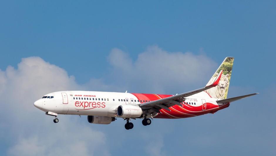 Na jugu Indije letalo zdrsnilo z mokre steze, padlo v dolino in se prelomilo (foto: profimedia)