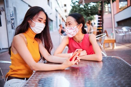 Tudi pri okuženih brez simptomov je količina koronovirusa v nosu, grlu in pljučih zelo visoka