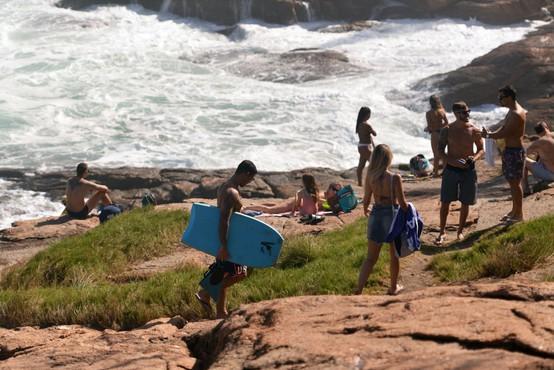 Smrtni davek koronavirusa v Braziliji presegel 100.000