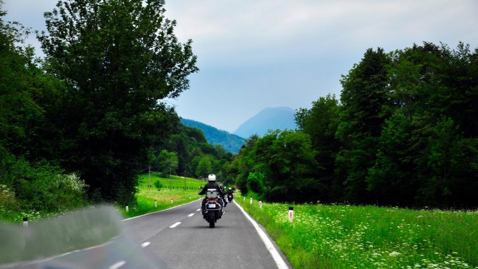 Nemški motorist na Tolminskem vozil 144 kilometrov na uro (foto: Shutterstock)