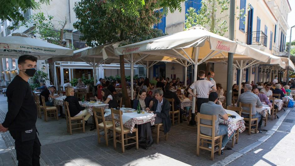 Številni bari in restavracije v Grčiji po novem ne bodo smeli delovati med polnočjo in sedmo uro zjutraj (foto: Profimedia)