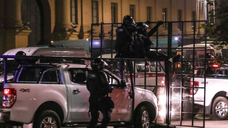 Policija po protestih v Belorusiji pridržala več sto ljudi, umrl naj bi en protestnik (foto: Profimedia)