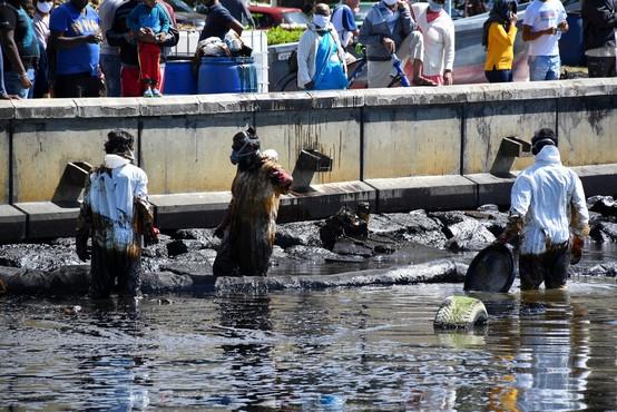 Na Mauritiusu reševalne ekipe hitijo z odstranjevanjem nafte s poškodovane ladje