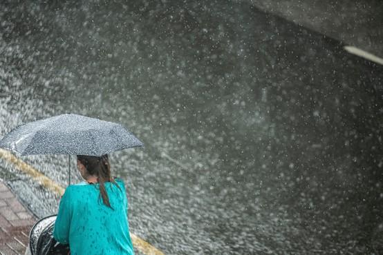 Nekatere dele države so v popoldanskih urah že zajele napovedane nevihte
