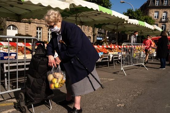 Francoska vlada zaradi vse več okužb zaostruje ukrepe