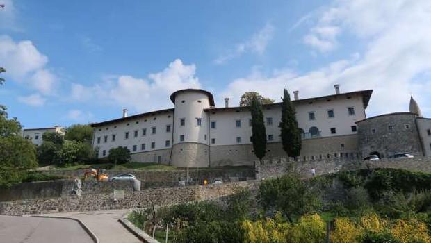 Ob torkovem neurju je meteorna voda poplavila tudi del prenovljenega dela gradu Štanjel (foto: Rosana Rijavec/STA)