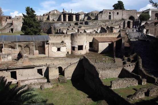 Italijanska policija išče barbarsko turistko iz Pompejev