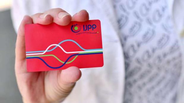 Upokojenci in drugi upravičenci so pridobili že skoraj 118.000 vozovnic za brezplačen prevoz (foto: Tamino Petelinšek/STA)
