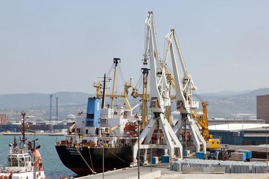 Vsem članom posadke so že odvzeli brise, odločitev o vplutju v Luko Koper po rezultatih