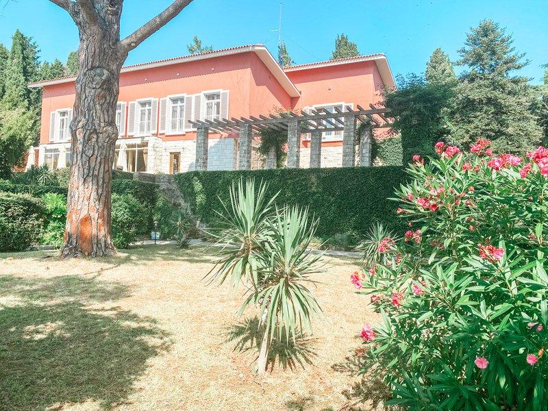 #3 Villa Tartini: Ta skriti primorski biser najdete tik ob strunjanski obali, njegova posebnost pa ni zgolj roza fasada, ampak čudovit vrt z mediteranskim pridihom.