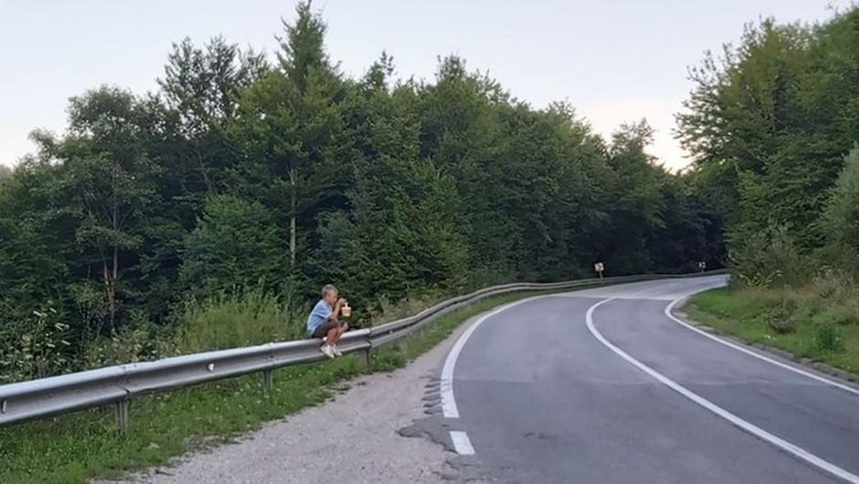 Revni deček na fotografiji iz BiH joče, ker so mu ukradli robidnice, ki jih prodaja na cesti (foto: Facebook)