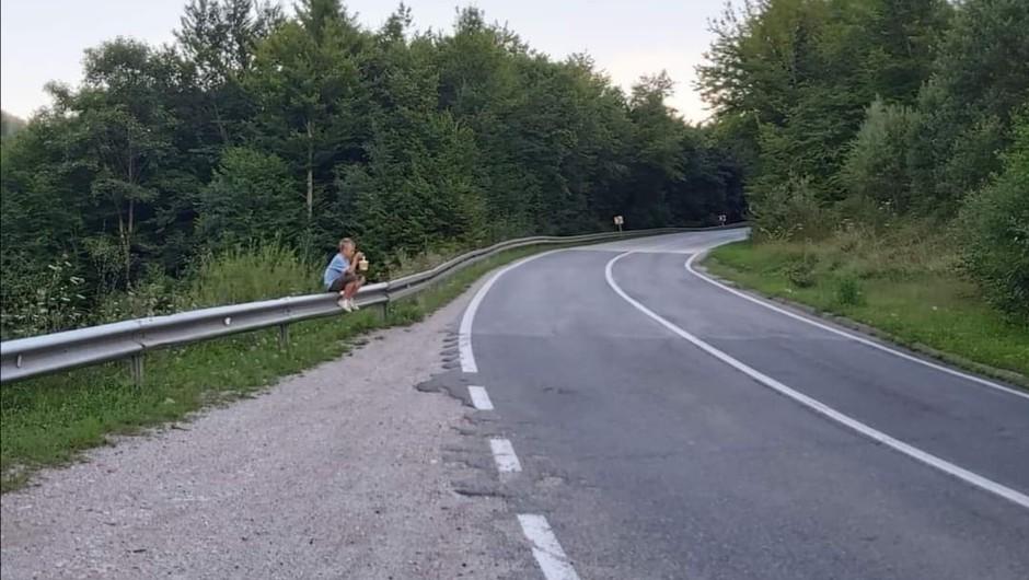 Deček iz Bosne, ki so ga okradli, si je obrisal solze in spet prodaja robide (foto: Facebook)