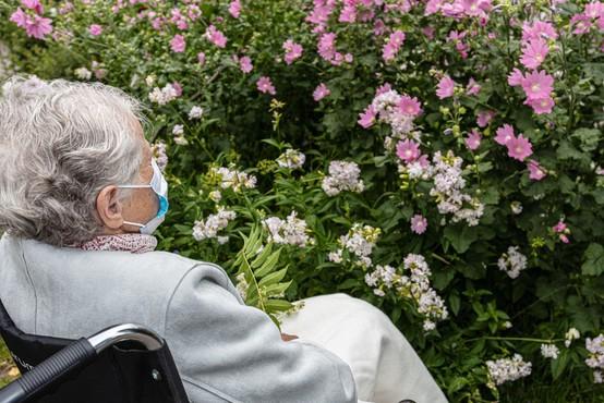 Vlada pripravlja scenarije za hladnejše mesece in morebitno rast okužb med starejšimi