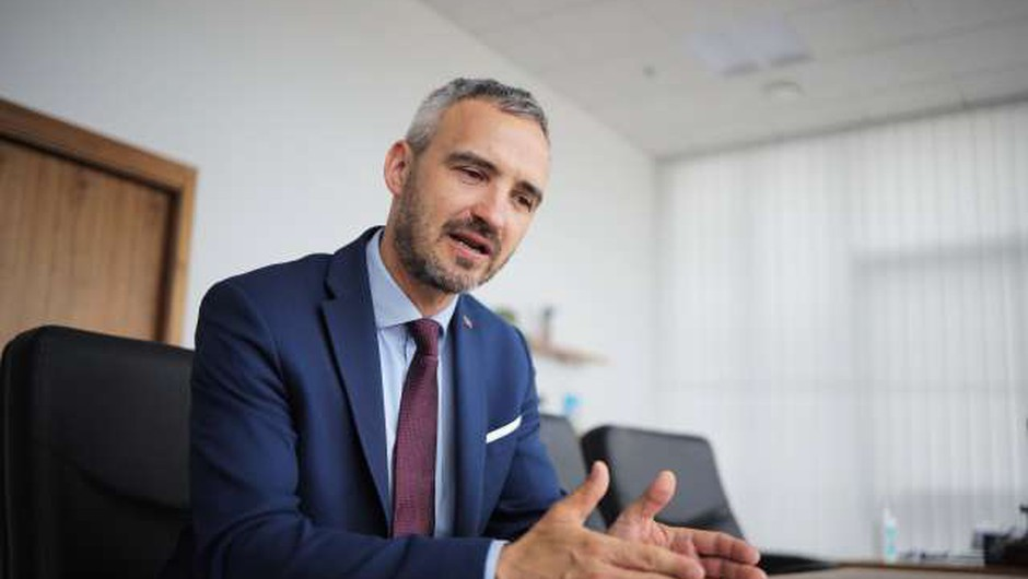 Vlada s sklepom podaljšala ukrep čakanja na delo do konca septembra (foto: Daniel Novakovič/STA)