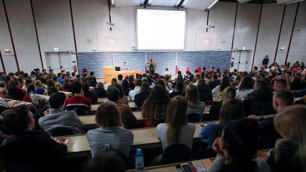 Univerze se pospešeno pripravljajo na novo študijsko leto, večina bo začela s hibridnim modelom (foto: Anže Malovrh/STA)