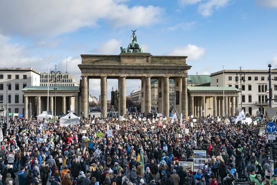 Policija vnovič prekinila berlinski shod nasprotnikov omejevalnih ukrepov