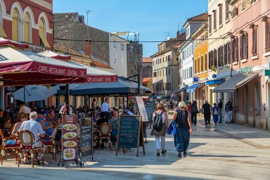 Spet čez 300 dnevnih okužb in Hrvaška ostaja na rdečem seznamu