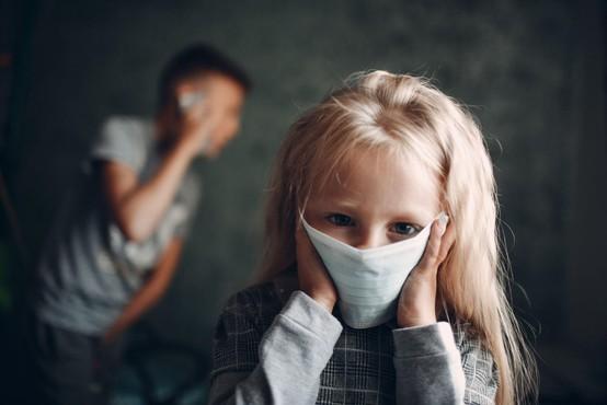 Raziskovalci so se lotili odkrivanja, kako virus širijo otroci